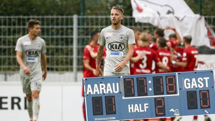 Enttäuschte Aarauer mit Olivier Jäckle (vorne) – im Hintergrund die jubelnden Rapperswil-Spieler.