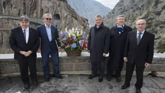 Besuch beim Suworow-Denkmal: Metzger Muheim, Hockey-Legende Fetissow, Parlamentarier Vorobiew, Ständerat Lombardi, Botschafter Golovin. Foto: Alex Spichale
