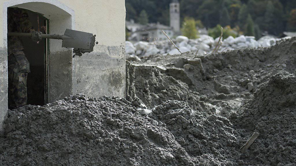 Auch nachdem die Armee vom Murgang betroffene Häuser geräumt hat, ist im Bergell Hilfe willkommen. (Archivbild)