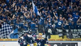 Spieler jubeln, Fans jubeln: Der EVZ hat mit der Final-Qualifikation einen grossen Schritt nach vorne gemacht.