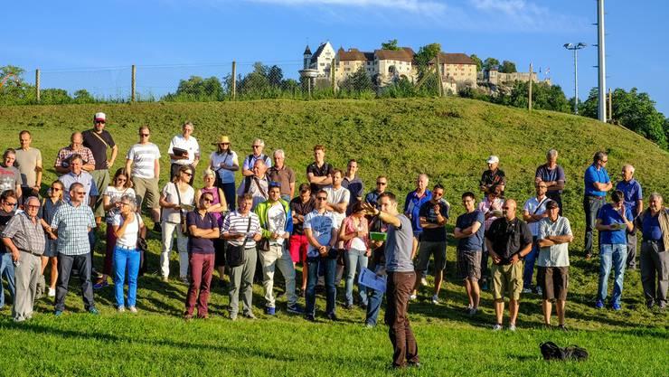 Auf der Schützenmatte vor der Schlosskulisse nehmen Kadetten-Instruktoren und Freischaren-Zugführer Anweisungen zum Manöverablauf entgegen.