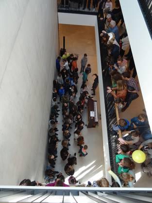 Der Schülerchor, der zu Ehren des Neubaus des Schulhauses Allmend sang, verzückte die Zuhörerinnen und Zuhörer.