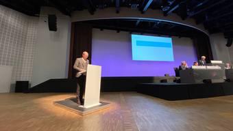 Investor Erhard Lee von der Zürcher AMG Group am Rednerpult. Er verlangte nicht nur eine Statutenänderung, sondern auch die Öffnung von Geschäftsbüchern.