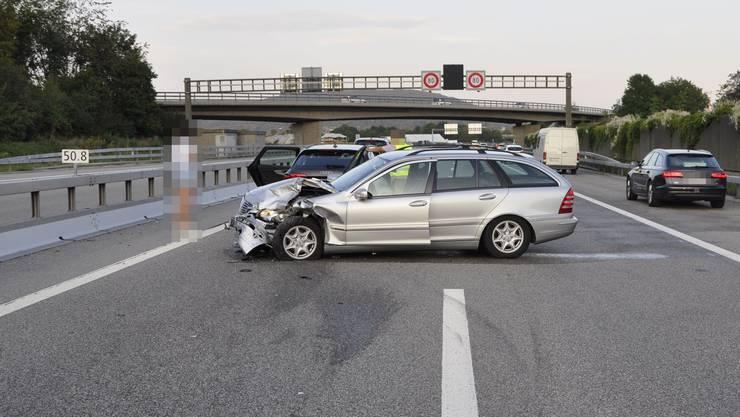 Auffahrkollision zwischen zwei Autos auf der Autobahn A1 bei Härkingen