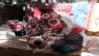 Syrische Flüchtlinge bauen sich im Libanon behelfsmässige Unterkünfte unter freiem Himmel.Keystone