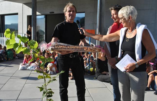 Architekt Ueli Hertig übergibt Gemeinderätin Jris Pümpin Reiffer und Schulleiterin Judith Studer (v.l.) symbolisch einen Schlüssel zum Kindergarten-Neubau.