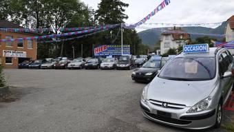 Der Neuwagenverkauf ist auch in der Region ins Stocken geraten. Die Garagisten behelfen sich mit Occasionsverkäufen und mehr Reparaturen. (Oliver Menge)