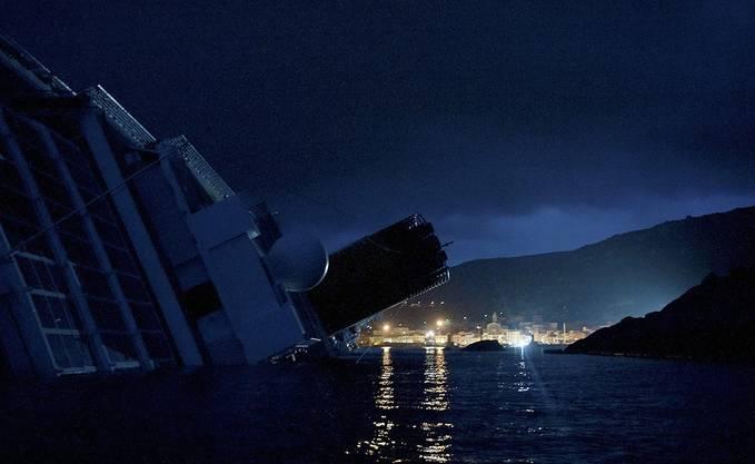 Die «Costa Concordia» bei Nacht mit Blick auf die Hafenstadt Giglio