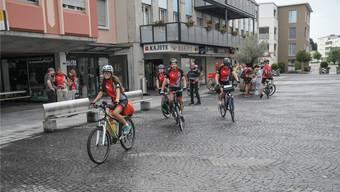 Start zum Abenteuer Mittelmeerküste, links stehend in roten Shirts Martin Erne und Monika Hafner Erne. Toni Widmer