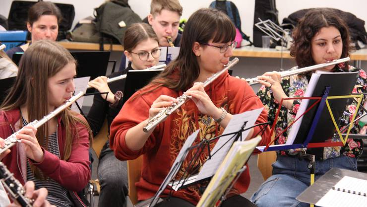 Julia Dammann (links) und ihre Mitspielerinnen und Mitspieler vom Jugendspiel Lenzburg freuen sich auf das gemeinsame Konzert mit der MG Othmarsingen