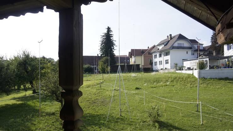 Auf der Dorfmatte in Aeschi ist die Überbauung ausgesteckt.