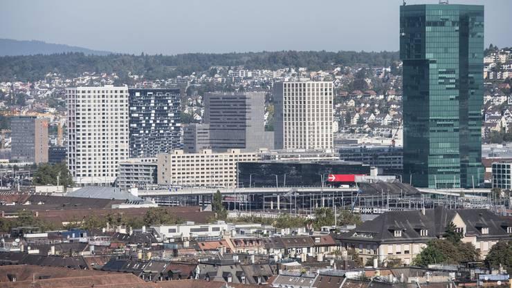 Blick über die Dächer der Stadt Zürich mit PrimeTower, rechts, und der ZHdK Toni-Areal, Mitte, aufgenommen vom Hochhaus Werd.