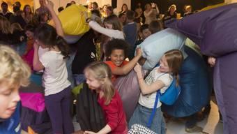 Kissenschlacht-Wettbewerb mit 830 Kindern, organisiert vom Aargauer Literaturhaus