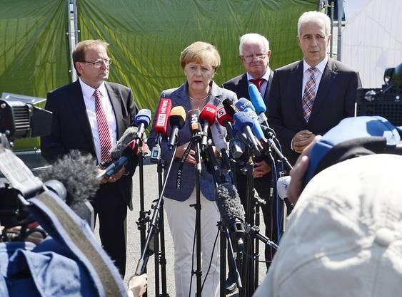 Merkel spricht vor den Medien nach ihrem Besuch in Heidenau.