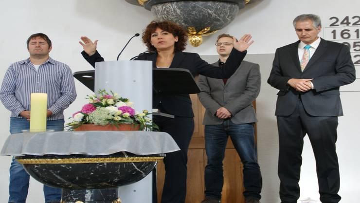 Nica Spreng spricht den Segen für die Gemeinde. Ihr zur Seite stehen Andreas Müller, Jonas Marti und Philipp Nanz (von links).