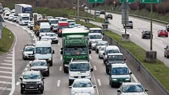 Das Limmattal wird stark vom Autoverkehr dominiert. Doch mit dem Ausbau des Gubristtunnels sollen solche – heute alltäglichen – Bilder seltener werden.Bild: Keystone