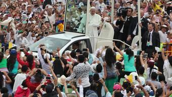 Papst Franziskus im Papamobil: Hunderttausende strömten nach Villavicencio, um den Pontifex zu sehen.