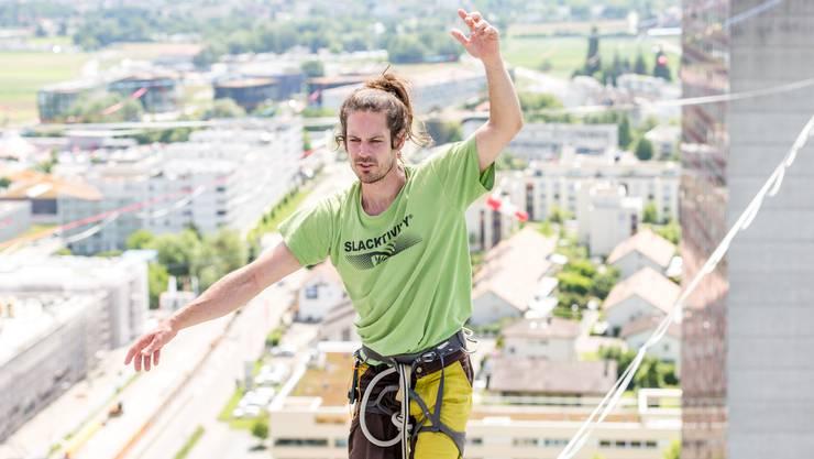 12 Highligner aus aller Welt versuchten auf Slacklines zwischen den zwei Shoppi-Tivoli-Hochhäusern innert drei Tagen zwei neue Weltrekorde aufzustellen.