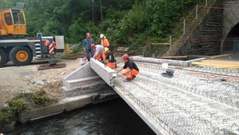 An der Aabachbrücke werden die letzten Betonelemente eingesetzt.