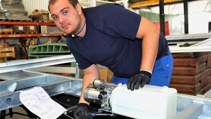 Der Fahrzeugschlosser Jan Menth baut in der Carrosserie Hess AG eine Kippbrücke. hans ulrich mülchi