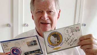 Auktionator Peter Rapp ist stolzer Besitzer von zwei Briefen, die nachweislich auf dem Mond waren.