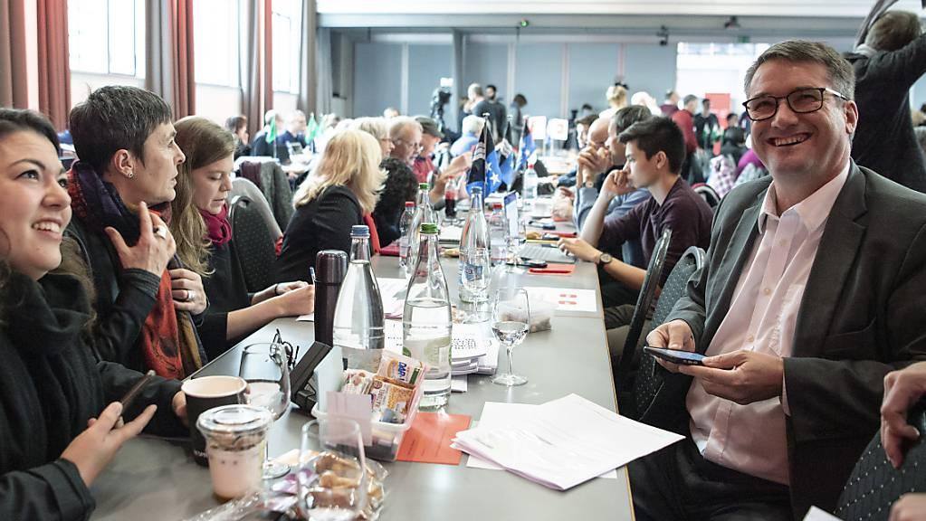 Von links: Die SP-Nationalrätinnen Tamara Funicello (BE) und Barbara Gysi (ZH) sowie Parteipräsident und Ständerat Christian Levrat (FR) an der Delegiertenversammlung der SP Schweiz in Bern.