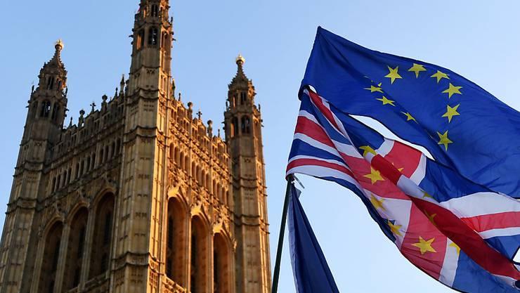 Noch weht die EU-Flagge zusammen mit dem Union Jack vor dem britischen Parlament in London - aber nicht mehr lange (Aufnahme vom 18. Dezember 2007).