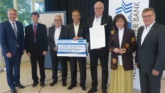 Grosser Moment: Christian Kuoni (3.v.r.) bekommt den Heimatschutzpreis überreicht.