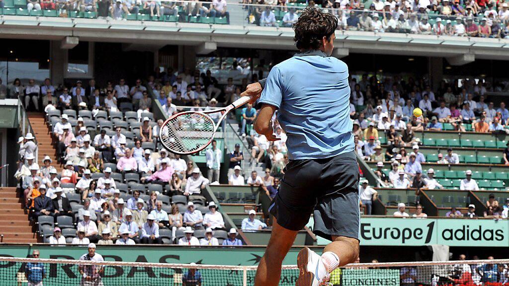 2009 beim French Open in Paris: Roger Federer geht bei Breakball Haas in den Angriff über und zieht die Vorhand cross voll durch.