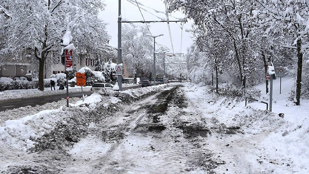 Schnee und Eis sorgen im Öffentlichen Verkehr weiter für Probleme; wie hier auf der Linie 7 der Zürcher Verkehrsbetriebe.