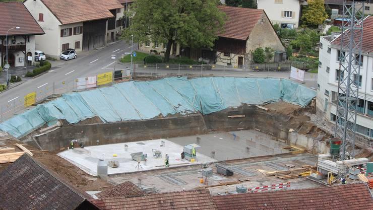 Auffällig: Die grosse Baugrube direkt neben der Endingerstrasse in Würenlingen.