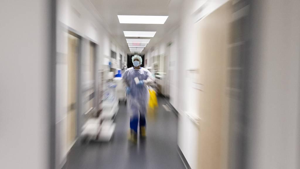 Ein Krankenpfleger läuft über die Intensivstation am Universitätsklinikum Schleswig-Holstein. Foto: Frank Molter/dpa