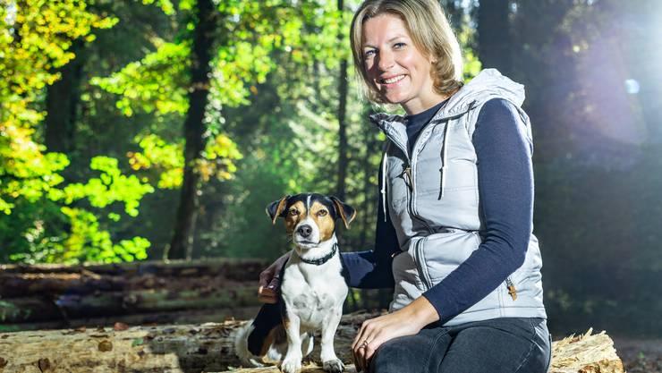 Evelyn Hagmann (38) aus Rupperswil, mit Jack Russel Hund Dexter im Wald zwischen Wohlen und Bremgarten.