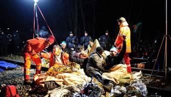 Umweltaktivisten behindern den Castor-Transport