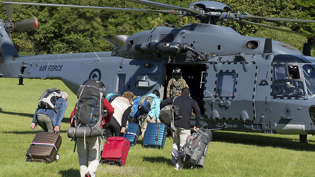 Touristen werden mit einem Armee-Helikopter in Sicherheit gebracht