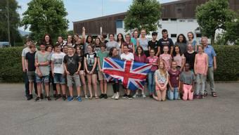 Die Schülerinnen und Schüler der Kreisschule Gäu mit ihrem Lehrer Urs Müller vor der Abreise ins Sprachcamp ins englische Brighton.