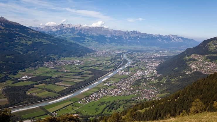 Der Rhein ober dem Bodensee – Blick vom Fürstentum aufs St.Gallische – bietet laut Alpenrheinkommission Fischen ungenügende Lebensbedingungen.