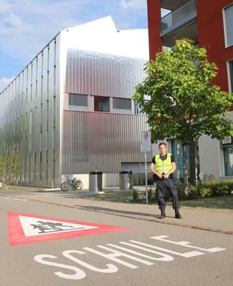 Verkehrsinstruktor David Giger bezieht Posten vor dem Schulhaus Reitmen. Die Bodenmarkierung wurde kürzlich angebracht.