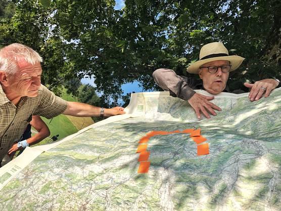 Historiker Christoph Rast hat die Bunkeranlagen mit Post-Its auf der Landkarte markiert.