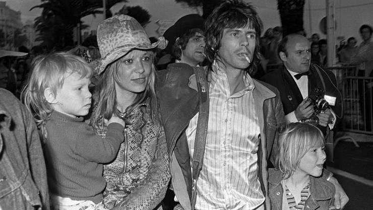 Die schöne Anita Pallenberg mit ihrem damaligen Mann Keith Richards und den beiden gemeinsamen Kindern 1971 in Cannes am Filmfestival.