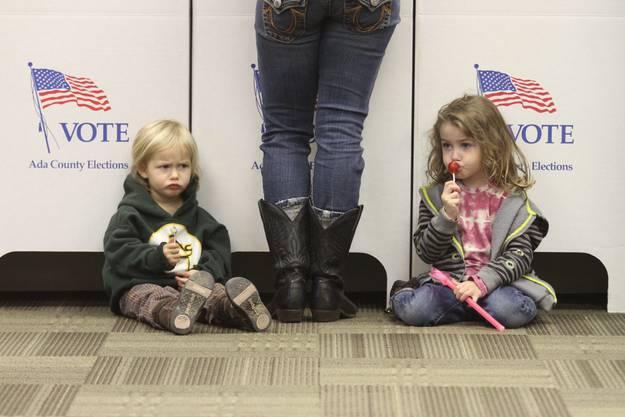 Rebelann Barfield (l.) und ihre Schwester November dürfen noch nicht ran. Über die Kandidaten-Wahl ihrer Mutter Kara scheinen sie nicht gerade erfreut zu sein.