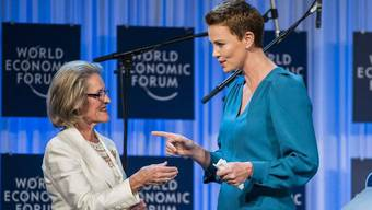 """Hilde Schwab überreicht Charlize Theron am WEF den """"Christal Award"""""""