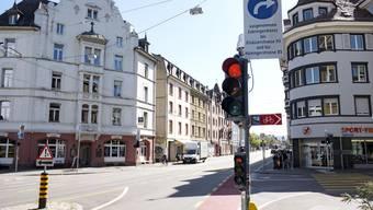 Soll den Voltaplatz entlasten: Das Lichtsignal an der Elsässerstrasse steht länger auf Rot als andere Ampeln in Basel.