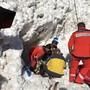 Nach rund eineinhalb Stunden wurde der Verschüttete von einem Lawinensuchhund gefunden und von den Rettern mittelschwer verletzt ausgegraben.