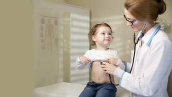 Wenn Kinder zum Arzt müssen, gehen die Konsultationen oft länger als bei Erwachsenen, weil auch die Eltern ausführlich informiert werden wollen.