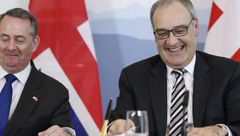 Die Schweiz und Grossbritannien bereiten sich auf die Zeit nach dem Brexit vor: Wirtschaftsminister Guy Parmelin und der britische Minister für internationalen Handel, Liam Fox, haben am Montag in Bern einen bilateralen Handelsvertrag unterzeichnet.