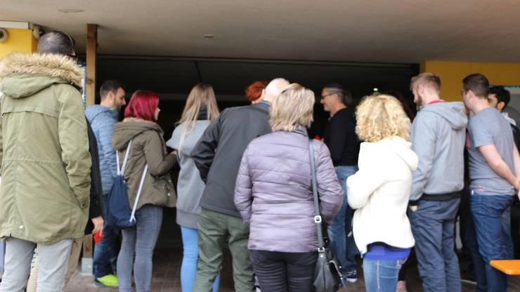 Kurz vor der jeweiligen Führung, versammelte sich die Gruppe vor dem Eingang. Dann ging es los.