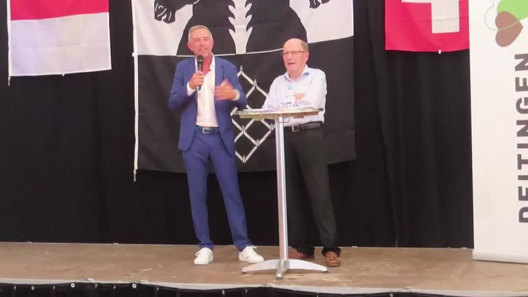 Anton Kofmel erklärt Dani Fohrler und den Anwesenden, woher der Name Chäswil kommt