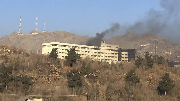 Nach dem Angriff von Unbekannten auf das Hotel Intercontinental in der afghanischen Hauptstadt Kabul geriet ein Teil des Gebäudes in Brand.