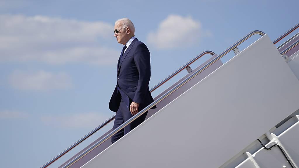 Joe Biden, US-Präsident, steigt aus der Air Force One. Foto: Evan Vucci/AP/dpa